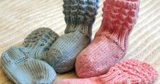 Lise-Loten pikkuiset sukat Ohje by Piiku Pikkuinen, Kardemummantalo, (ohje löytyy Ravelrysta ) Lanka: ohut vauvalanka, puikot ... Knitting Videos, Free Knitting, Knitting Socks, Knitted Hats, Knit Baby Dress, Knit Baby Booties, Baby Knitting Patterns, Baby Patterns, Crochet Baby