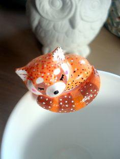 """Attache-thé """"Mon petit Panda roux"""" oMamaWolf figurine en porcelaine froide : Vaisselle, verres par omamawolf"""