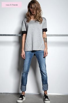 Boyfriend jeans and a well cut grey shirt. Nothing more is necessary to create a perfect look