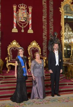 King Felipe and Queen Letizia receive Chilean President Michelle Bachelet for a Gala dinner at the Royal Palace in Madrid, Spain. 29 October 2014. Queen Letizia was in a Carolina Herrera gown. *NEWMYROYALS & HOLLYWOOD FASHİON*