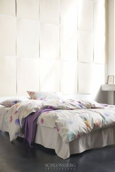 PIA beige is covered in delicate, pastel petals. Brings a touch of spring to the bedroom!