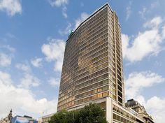 De Antwerp Tower, een prominent gebouw met shopping center en kantoorruimtes op enkele minuten van het station.