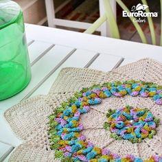 Centro de mesa com EuroRoma Colori!  Incrível o efeito multicolorido, não é mesmo?  Passo a passo no Blog armarinhosaojose.blogspot.com.br Fios no www.armarinhosaojose.com.br #artesanato #croche #agulhas #crocheteira #crochebrasil #lovecroche #handmade #feitoamao #homewares Foto : eurofios