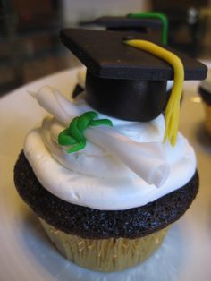 Graduation+Cupcakes+For+Girls | graduation cupcakes yellow tassel