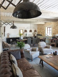 French industrial/rustic interior with leather chesterfield, linen chairs, limestone floors Quand le rustique se fait chic...