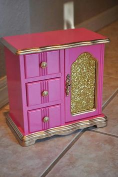 Pink and Gold Jewelry Box - Jewelery diy ideas Jewellery Box Making, Jewellery Boxes, Jewerly Box Diy, Gomme Laque, Jewelry Box Makeover, Pink Und Gold, Painted Jewelry Boxes, Do It Yourself Fashion, Quirky Gifts