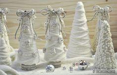 Non manca molto a Natale... magari state cercando un'idea veloce ma non banale, semplice ma elegante... e con pochi ingredienti... i miei...cono di polistirolo, lana, nastri e gessetti... che si tr...