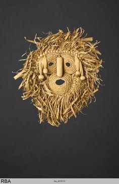 (776×1200Maske Irokesen & Kanada & Nordamerika um 1900 MaskeAngewandte Kunst Maisstroh Leder Höhe: 37 cm Köln, Rautenstrauch-Joest-Museum)