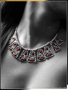 Orfebres actualizan constamente sus modelos con las tendencias de la moda. Estas joyas son hechas de plata peruana (925 y 950) y piedras semi preciosas.