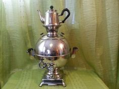 Traditional Russian samovar for tea drinking on all family. Samovar of the average sizes: 38 cm height and 30 cm width. 5 liter capacity. With a kettle. Very great state!  Samovar fully functional great condition!  you watch other my samovars  https://www.etsy.com/ru/listing/252368827/vintanyj-russkij-boloj-samovar-s-plokami?ref=shop_home_active_1 https://www.etsy.com/ru/listing/252371863/boloj-russkij-vintanyj-elektrieskij?ref...