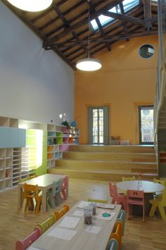 ZPZ Partners _ Scuola dell'infanzia Loris Malaguzzi in Reggio Emilia. (I love the color of the bacwall, the ceiling and the steps, but I am not so keen on the use of space and placement of furnishings in straight lines. Learning Spaces, Learning Environments, Learning Centers, Classroom Setting, Classroom Design, Reggio Classroom, Classroom Decor, Kid Spaces, Play Spaces