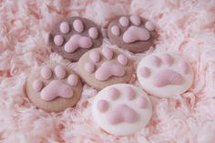 Firstly, I found these cute cat paw marshmallow here . They are so lovely. I just look at the pics. I can't read Chinese. Kitty Party, Cute Marshmallows, Cat Cookies, Cute Desserts, Cat Birthday, Cookie Designs, Latte Art, Cute Food, Candy Recipes