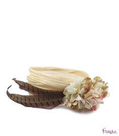Banda turbante con adorno de hortensias preservadas naturales y dos plumas de faisán.#headpieces #flowerheadpieces #bridal #banda #turbante #tocados #flores #hortensias #plumas #faisan #novia #boda #tokeluz www.tokeluz.com