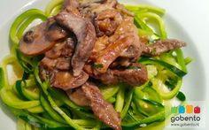 Courgetti met biefstuk en champignons. Koolhydraat arm diner onderdeel van de gobento.nl koolhydraat arme weekmenu's. Eventueel ook als lunch me te nemen in bentobox.