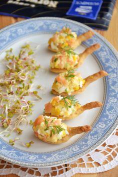 Przepyszna przekąska z łososiem. Na zrobionej z bardzo kruchego ciasta łyżeczce ułożona jest pyszna pasta z dodatkiem wędzonego łososia. W sam raz na jeden kęs :) Vegan Ramen, Ramen Noodles, Bruschetta, Finger Foods, Potato Salad, Shrimp, Potatoes, Meat, Ethnic Recipes