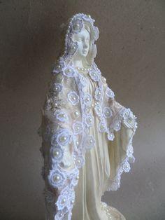Linda imagem de Nossa Senhora das Graças com manto de guipir e renda.  Imagem em gesso, pintada em bege perolado , com aplicação de perolas no manto e na base.