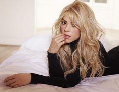 Nova imagem promocional do álbum Shakira. New promotional picture from the album Shakira. Most Beautiful Women, Beautiful People, Gorgeous Girl, Absolutely Gorgeous, Shakira Hair, Shakira Style, Music Shakira, Shakira Makeup, Clip In Hair Extensions