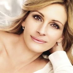 Julia Roberts is in the process of building a completely environmentally friendly home in Malibu. It will be  solar-powered, built with wood from sustainably managed forests, and even the bathrooms will have recycled tiles! Hollywood Celebrities, Hollywood Actresses, Female Celebrities, World Most Beautiful Woman, Beautiful Women, Beautiful Eyes, Jennifer Lawrence, Plastic Surgery, Human Hair Wigs