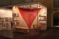 La Revista Barzón nos convocó para diseñar su stand en ArteBA 2013, la feria de arte contemporáneo más importante de Argentina. Les propusimos de hacer algo inédito hasta el momento, una habitación Tender, es decir una pieza que intervenga techo y paredes de manera conjunta. Cubrimos con 15.0