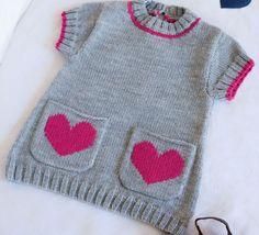 Une petite tunique layette sous le signe de l'amour et de la douceur. Ce modèle est tricoté en' Laine LAMBSWOOL' est accompagné de deux petites poches avec broderie coeur réalisée en point de mousse et d'une petite boutonnière dans le dos. Modèle tricot n°02 du catalogue N° 112 : Bébés et enfants - Automne/Hiver 2014