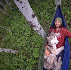 A man and his husky show us that dogs are really our best friends. Best Camping Hammock, Animals And Pets, Cute Animals, A Husky, Alaskan Malamute, Tier Fotos, Nature Photos, Loki, Cute Dogs