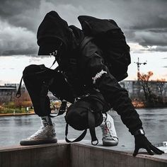 Cinco grandes tendências da moda masculina 2020 com inspirações e referências de como usar as principais peças, modelagens e acessórios. Action Pose Reference, Human Poses Reference, Pose Reference Photo, Action Poses, Moda Cyberpunk, Cyberpunk Clothes, Cyberpunk Fashion, Art Poses, Drawing Poses