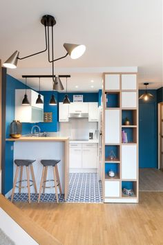 An ingenious hideaway bed saves valuable space in this chic studio apartment - Living in a shoebox Studio Apartment Kitchen, Studio Apartments, Tiny Apartments, White Studio Apartment, Studio Apartment Design, Apartment Layout, Apartment Interior, Condo Interior Design, Kitchen Bar Design