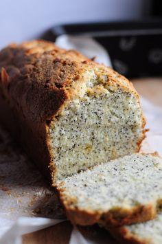 """J'adore les cakes au citron, je suis une cinglée du cake au citron ... voilà, c'est dit ! Ici j'ai suivi la recette de Sheila Lukins, et il y a des graines de pavot. Bon, je vous avoue que cela n'apporte absolument rien au schmilblik hormis du """"croustillant""""..."""