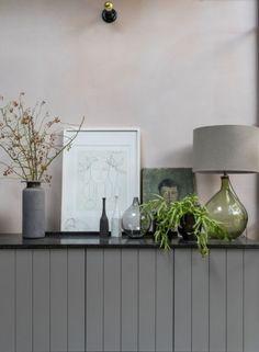 Os detalhes da decoração fazem toda a diferença! Objetos como luminárias, quadros e vasos compostos em alturas diferentes chamam atenção e geram equilíbrio. 🌿🏠 #lilianazenaro #decoracao #reforma #interiores #designdeinteriores #decoradora #aparador #estante