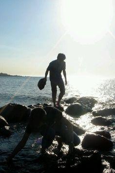 구름 한점 없는 무더운 여름날, 뜨거운 햇볕이 내리쬐는 가운데 이호테우해변에서 묵묵히 보말을 캐고 있는 친구들. 이 모든것이 여름의 추억으로... #카톡 SoonHyeok Kang님