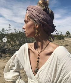 You will definitely need some ideas of easy hairstyles to have the most exciting and relaxing spring break. Save your time and look cool with our ideas. Look Hippie Chic, Looks Hippie, Estilo Hippie Chic, Boho Chic, Mode Hippie, Bohemian Mode, Hippie Boho, Hippie Vibes, Surfergirl Style