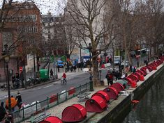 Design activisme Tents_along_the_Canal_St_Martin_by_aleske_in_Paris