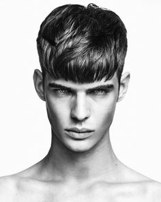 Medium length hair styles are the trend these days when it comes to men's looks. These styles are simple to create and give men suave and well groomed looks with a bit of flair. Young Mens Hairstyles, Mens Medium Length Hairstyles, Haircuts For Men, Straight Hairstyles, Men's Hairstyles, Fringe Haircut, Fringe Hairstyles, Hair And Beard Styles, Curly Hair Styles