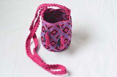 WAYUU BAG – Mini Mochila. Handwoven by a woman from the Wayuu Tribe. Pink & Diamonds. www.colombiart.co