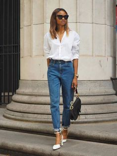 Fed up of not finding decent white shirts? These are the 16 best white shirts for women, according to editors and readers of Who What Wear. Best White Shirt, White Shirt And Blue Jeans, White Shirt Outfits, Blue Jean Outfits, White Linen Shirt, Classic White Shirt, Casual Outfits, Fashion Outfits, Fashion Women