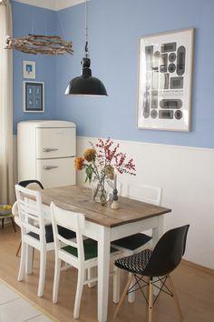 Küchentisch aus Holz mit Herbstblumen in weiß-blauem Esszimmer #Esszimmer #blau-weiß #Holz