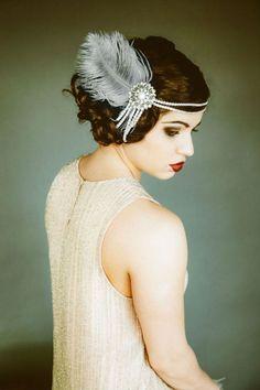 On flashe pour ce look rétro années 20 ! Les cheveux bouclés sont attachés en chignon très fluide : les cheveux ne sont pas du tout…