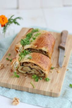 Eggplant wellington with a walnut pesto - Good food with Linda - Aubergine wellington a vegetarian main course or side dish. ideal for a dinner party or Christmas. Vegetarian Recepies, Veggie Recipes, Healthy Recipes, Veggie Food, I Love Food, Good Food, Happy Foods, My Favorite Food, Food Inspiration