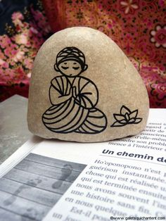 Discover recipes, home ideas, style inspiration and other ideas to try. Pebble Painting, Pebble Art, Stone Painting, Yoga Painting, Rock Crafts, Arts And Crafts, Art Pierre, Rock Painting Patterns, Rock And Pebbles
