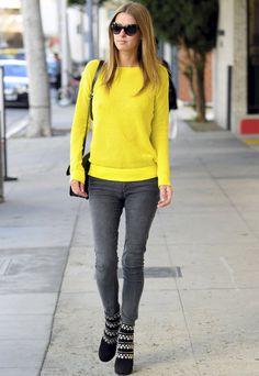 Nicky Hilton deja todo el protagonismo de su street style a su jersey de punto y lo combina con pitillos grises y botas con tachuelas.