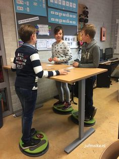 Een sta tafel in je klas! I School, Primary School, School Hacks, Classroom Layout, School Classroom, Classroom Seats, School Images, Whole Brain Teaching, 21st Century Skills