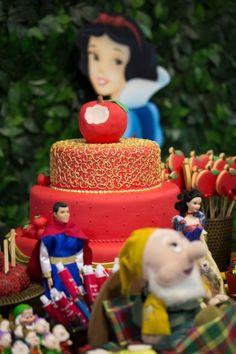 Detalhe do bolo da festa com tema Branca de Neve criada pela Erika Tavares Festas