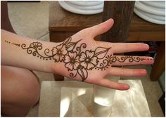 Henna mehndi designs are popular in all women of world because to its elegant designs. There are most beautiful simple henna mehndi designs for girls for Henna Hand Designs, Eid Mehndi Designs, Tattoo Design For Hand, Mehndi Designs For Beginners, Beautiful Henna Designs, Simple Mehndi Designs, Henna Tattoo Designs, Beautiful Mehndi, Pretty Designs