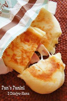 こちらの生地は「捏ねない!発酵20分!」というお手軽パニーニレシピです。しかもちゃんとフライパンで焼けちゃうのがまたポイントアップ!とろーりチーズがたまりませんね!