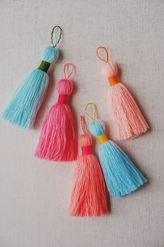 I'm back again with the floral pom poms! Today I'm sharing my newfound technique for making the most perfect tassel, as well as a garland to which you add an excess of pom… Hand Crochet, Crochet Hooks, Crochet Baby, Pom Pom Garland, Diy Garland, Diy Tassel, Tassels, Craft Stick Crafts, Diy Crafts