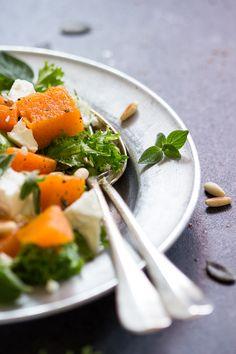 Per 2 porzioni     400 g zucca pulita   100 g feta   2 cucchiai pinoli   foglioline di maggiorana   insalatina a piacere   timo o o...