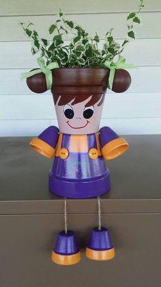 Petite fille jardinière pot personne avec des tresses, robe violet / orange