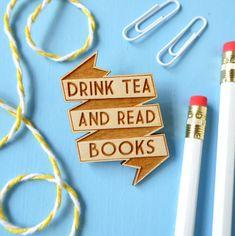 Spilla in legno tè e libri. Spilla distintivo. di fableandblack