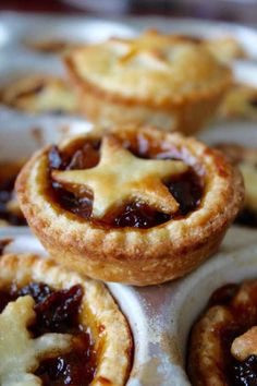 Make your holiday traditions bolder with my traditional Mince Pies recipe. You'll enjoy flakey pie crust and a lovely sweet filling that everyone will love! Christmas Food Treats, Christmas Baking, Christmas Desserts, Christmas Mince Pies, Holiday Baking, Irish Christmas, Christmas Brunch, Christmas Images, Mince Recipes