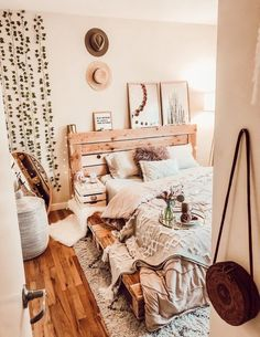 Pallet Platform Bed queen is part of Bohemian bedroom decor Featuring a floor lying pallet platform frame and pallet headboard, the queen was designed for convenience it works with all mattresses, d - Stylish Bedroom, Cozy Bedroom, Modern Bedroom, Queen Bedroom, Bedroom Rugs, Ikea Bedroom, Rustic Teen Bedroom, Modern Bohemian Bedrooms, Bedroom Brown